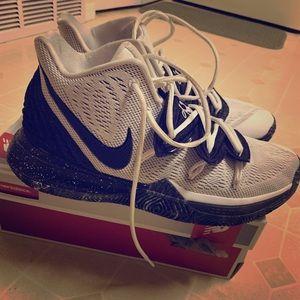 Nike Kyrie 5 Oreos size 10in half
